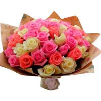 Букет из 51 разноцветной подмосковной розы в крафте