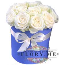 Белые подмосковные розы в шляпной коробке