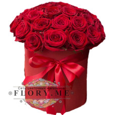 Бордовые подмосковные розы в шляпной коробке