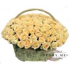 151 подмосковная персиковая роза в корзине
