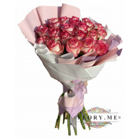 25 подмосковных двухцветных (бело-розовых) роз в упаковке