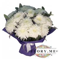 9 белых одноголовых хризантем с зеленью в упаковке с атласной ленточкой