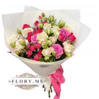 Букет из кустовых и одиночных роз в упаковке