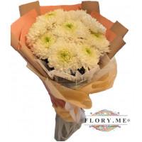 9 одноголовых белых хризантем в упаковке с атласной ленточкой