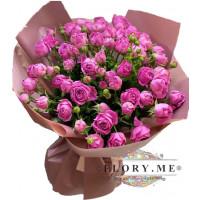 15 малиновых пионовидных роз в упаковке под атласную ленту